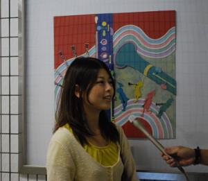 ※制作した作品についてインタビューを受ける学生
